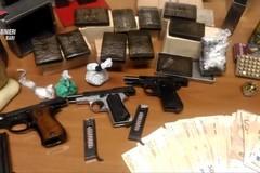 Gravina in Puglia, custodivano armi e droga in casa. Presi tre insospettabili