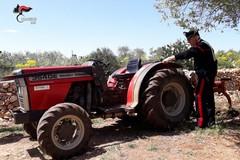 Grumo, lavorava in campagna con un trattore rubato. Denunciato 62enne