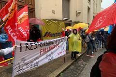 La pioggia non ferma i dipendenti del Mercatone Uno, presidio al Mise