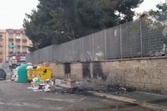 Bari, rifiuti e bidoni in fiamme a Japigia