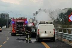Bari, autocarro a fuoco in tangenziale