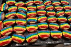 La Puglia a New York con il pasticciotto Rainbow, in onore ai moti di Stonewall