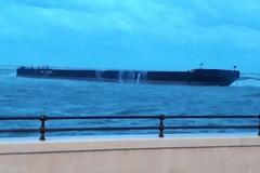 Maltempo su Bari, si incaglia un pontone a San Giorgio