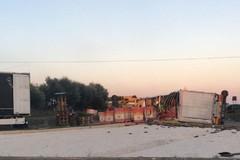 Tir si ribalta sulla SS100, strada bloccata all'uscita per Adelfia
