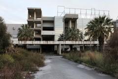 Viaggio nell'ex Carrefour a Bari, tra vetri rotti, murales e ossa