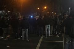L'altra partita: tifosi di Cremonese e Bari bevono insieme nel post-gara