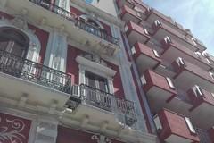 Bari, si stacca un cornicione in corso Cavour e sfonda il balcone sottostante