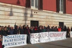 Bari, protesta dei pescatori in piazza Prefettura