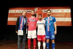 SSC Bari, ecco le nuove maglie. Fra il bianco e il rosso spunta il blu