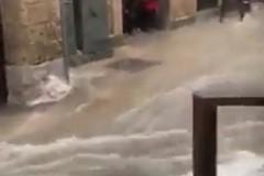 Bomba d'acqua su Monopoli, in un video il centro storico allagato