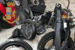 Pezzi di auto e moto rubate in un box a Bari, indaga la polizia