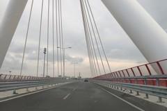 Sul ponte Adriatico la protesta degli operai ferroviari, uno minaccia di lanciarsi nel vuoto