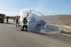 Bari, furgone a fuoco vicino l'aeroporto