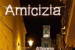 """""""Amicizia, allegria, pace"""" illuminano Bari Vecchia"""