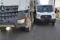 Scontro tra un tir e un furgone sulla 100, disagi a Bari