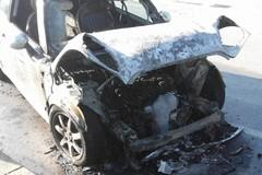 Auto in fiamme in via Bartolo, traffico nel caos