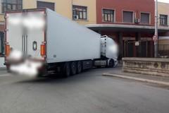 Bari, camion si incastra davanti all'ex cinema Royal, traffico bloccato