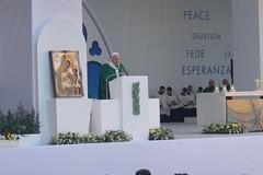 L'omelia di Bergoglio da Bari: «Amate i vostri nemici»