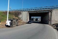 Bari, auto si ribalta in via Mitolo a Palese