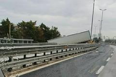 Perde il controllo del tir e sfonda il guardrail, caos in tangenziale a Bari