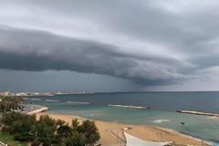 Colonna d'acqua sul mare a Bari, il contrasto è stupendo