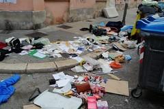 Svuotano cantinola e abbandonano i rifiuti in strada, denunciati