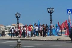 Ex Auchan, la rabbia dei dipendenti in sit-in a Bari, in 100 sono di troppo?