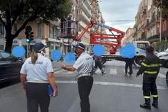 Bari, mezzo Amiu trancia un cavo del filobus in corso Cavour
