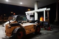 Bari, assalto ad un distributore a Loseto con una pala meccanica