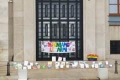 """Scuola, i docenti a Bari protestano deponendo le loro """"armi"""", i libri"""