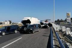 Scontro tra un Tir e due auto sulla SS16 di Bari, due feriti