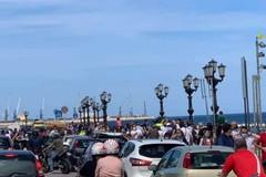 Anticipo d'estate a Bari, lungomare affollato nonostante la zona arancione