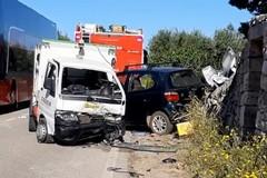Sammichele di Bari, scontro tra auto e mezzo della raccolta rifiuti. Due feriti in codice rosso