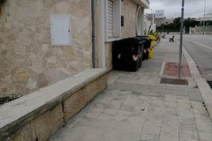 Cassonetti sul marciapiede e per strada, la denuncia: «Dove camminiamo?»