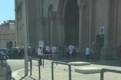 Bari, hub in Fiera chiuso e gente in coda: «Nessuno ci ha avvisato»