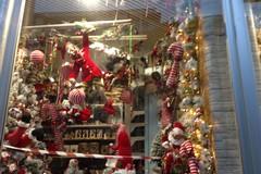 A Poggiofranco è già dicembre. In vetrina spuntano Babbo Natale e gli abeti