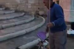 Pescatori puliscono il molo Sant'Antonio
