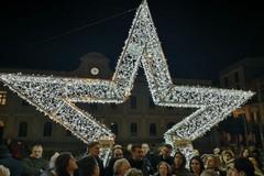Natale a Bari, si illuminano piazza Risorgimento e via Manzoni. Decaro: «Dal 2019 via ai lavori per luci al led»