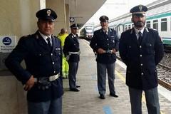 Picchia l'addetta alle pulizie del treno e minaccia di lanciarsi dal parapetto. Salvato dalla polizia