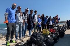 Bari, a Santo Spirito i volontari puliscono la spiaggia, tolti 500 kg di rifiuti