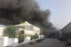 """Altamura, incendio in una fabbrica di plastica: """"Restate a casa e tenete le finestre chiuse"""""""
