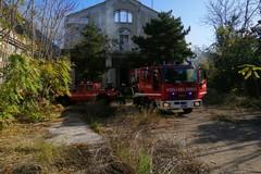 Incendio nella casa abbandonata di corso De Gasperi, migrante salvato da vigili del fuoco e vigilanza ambientale