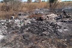 Incendio di rifiuti in un terreno a Mungivacca, a fuoco la discarica abusiva