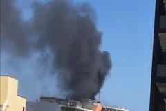 Bari, incendio in piazza Garibaldi: una colonna di fumo nero nel cielo