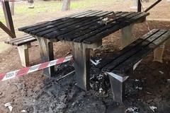 Vandali devastano la pineta di San Francesco. Incendiati gazebo e tavolini