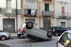 Bari, incidente in via Indipendenza: auto ribaltata