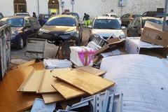 Incivili all'opera a Bari vecchia. Ingombranti abbandonati in largo San Sabino