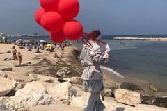 """Il pagliaccio di """"It"""" si aggira per Bari, avvistato stamattina sulle spiagge cittadine"""