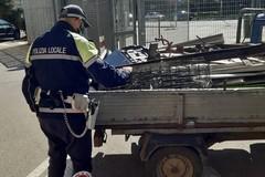 Alla guida senza patente di una ApeCar trasportava rifiuti a Bari, denunciato