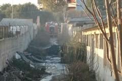 Incendio vicino al cimitero di Carbonara, a fuoco il locale di un artigiano